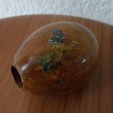 Antigüedades: HUEVO DE MADERA - INTERIOR TORNEADO - DECORADO CON FLORES - 8 CMS. Lote 128959223