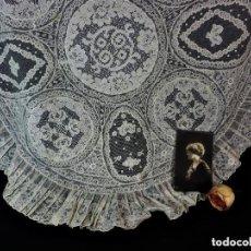 Antigüedades: 1506 PRECIOSO ENCAJE REDONDO TAPETE ANTIGUO 1900 DE PRECIOSAS APLICACIONES Y ALENÇON. Lote 128967699