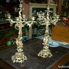 Antigüedades: PAREJA DE CANDELABROS EN BRONCE DORADO, MUY ANTIGUOS. Lote 128967851