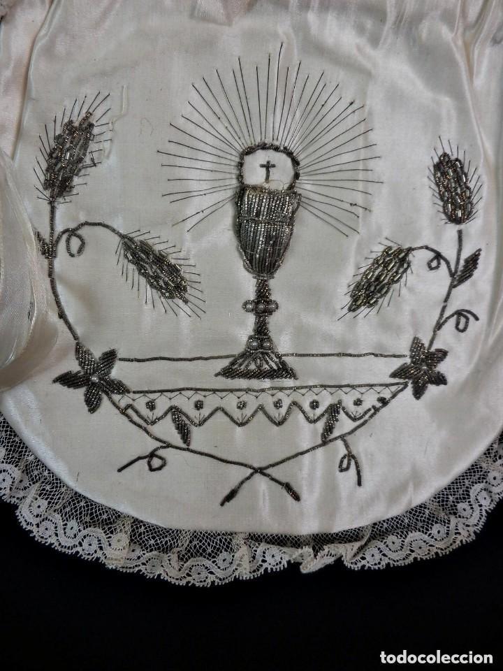 Antigüedades: Precioso bolso de comunión limosnera fines s XIX en seda e hilos de plata - Foto 2 - 128979423