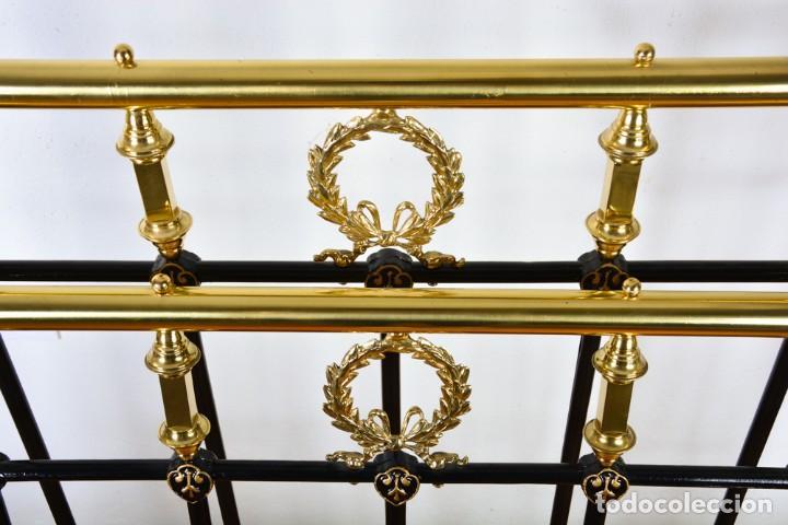 Antigüedades: Cama antigua sin largueros - Cabecero o piecero sueltos - Hierro negro y dorado - Foto 7 - 128993879