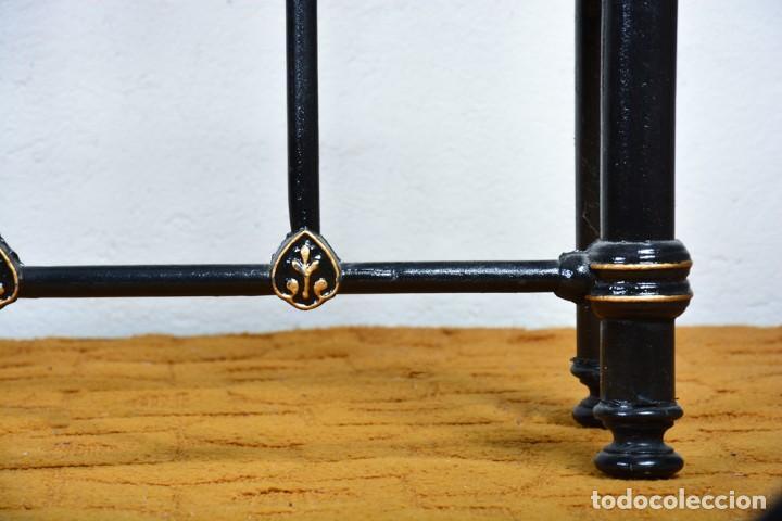 Antigüedades: Cama antigua sin largueros - Cabecero o piecero sueltos - Hierro negro y dorado - Foto 8 - 128993879