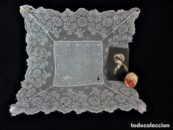 1514 PRECIOSO PAÑUELO DE BATISTA Y ENCAJE, FINES S XIX A REVISAR ALGUNOS PUNTITOS DEL HILO (Antigüedades - Moda - Pañuelos Antiguos)