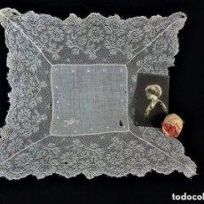 Antigüedades: 1514 PRECIOSO PAÑUELO DE BATISTA Y ENCAJE, FINES S XIX A REVISAR ALGUNOS PUNTITOS DEL HILO. Lote 160420293