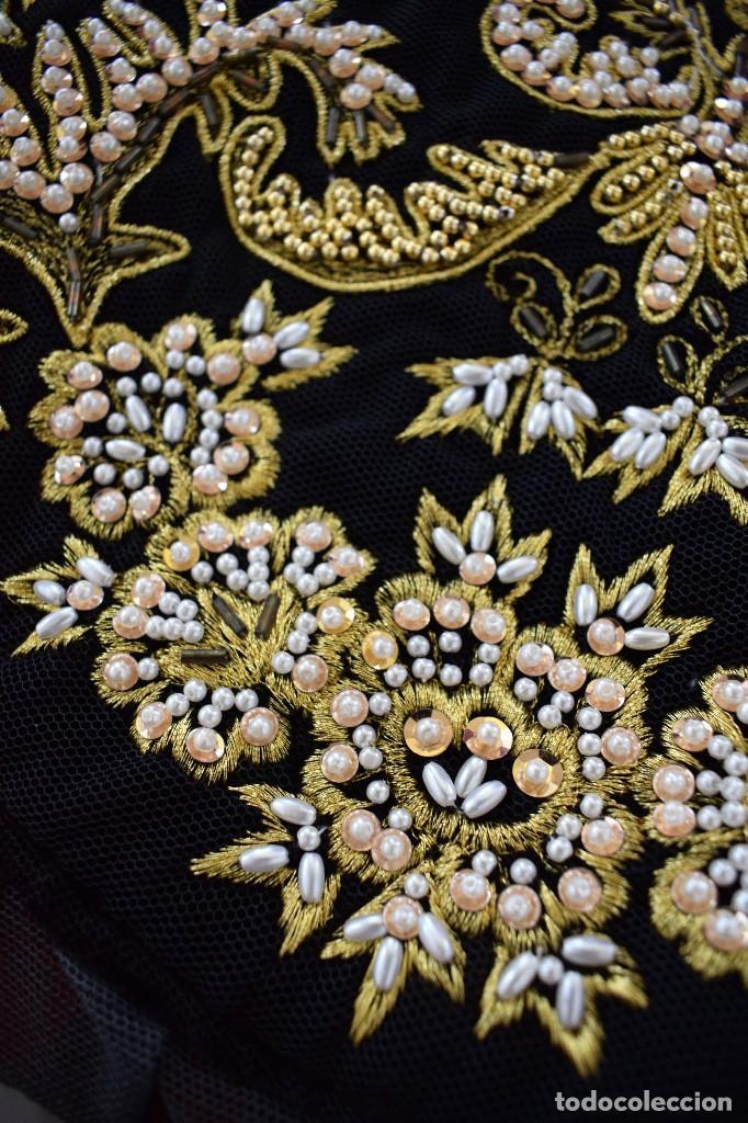 Antigüedades: Espectacular delantal imagen virgen o regional. Pesado, terciopelo negro y tul bordado en perlas - Foto 2 - 129035659