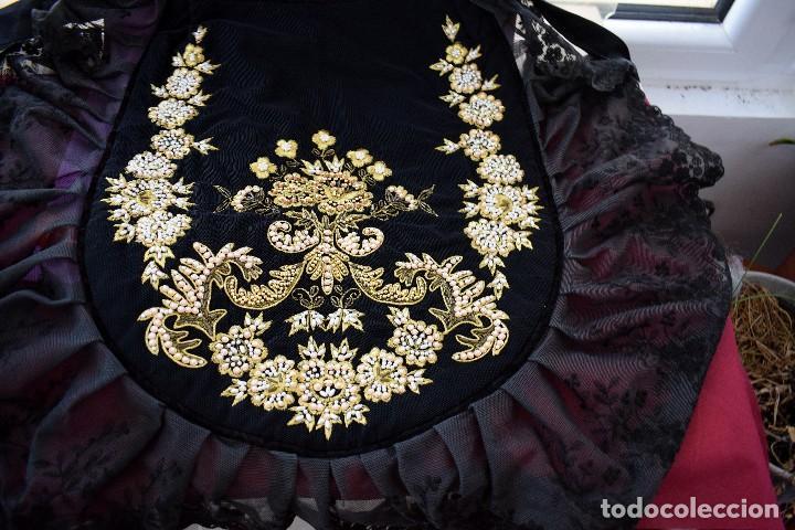 Antigüedades: Espectacular delantal imagen virgen o regional. Pesado, terciopelo negro y tul bordado en perlas - Foto 3 - 129035659