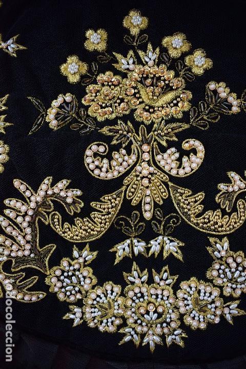 Antigüedades: Espectacular delantal imagen virgen o regional. Pesado, terciopelo negro y tul bordado en perlas - Foto 5 - 129035659
