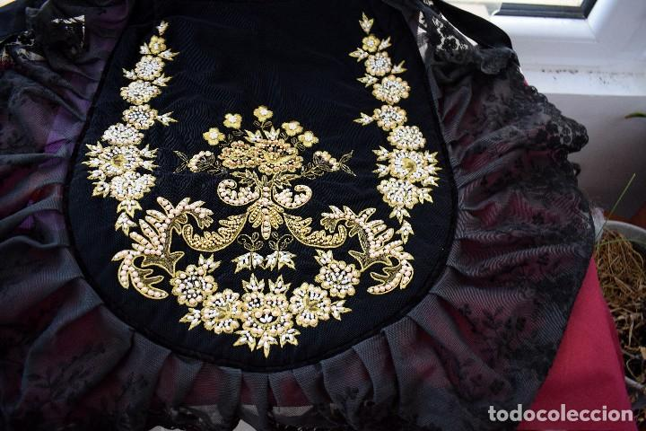 Antigüedades: Espectacular delantal imagen virgen o regional. Pesado, terciopelo negro y tul bordado en perlas - Foto 8 - 129035659