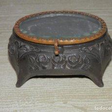 Antigüedades: BONITA CAJA JOYERO MODERNISTA, RELICARIO, PELTRE, TAPADERA CRISTAL CON MARCO DE LATON,. Lote 129039339