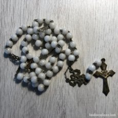 Antigüedades: ROSARIO RELIGIOSO EN LATON Y BOLAS CRISTAL - SIGLO XIX - HECHO A MANO - 43 CM. Lote 129096419