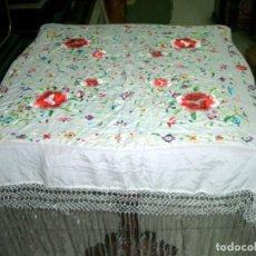 Antigüedades: MANTON DE MANILA BORDADO FLORAL, EN COLOR CREMA. Lote 129144479