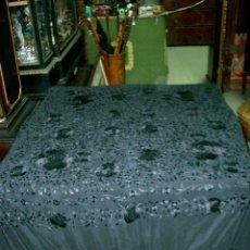 Antigüedades: MANTON DE MANILA BORDADO FLORAL, EN COLOR NEGRO. Lote 129144539