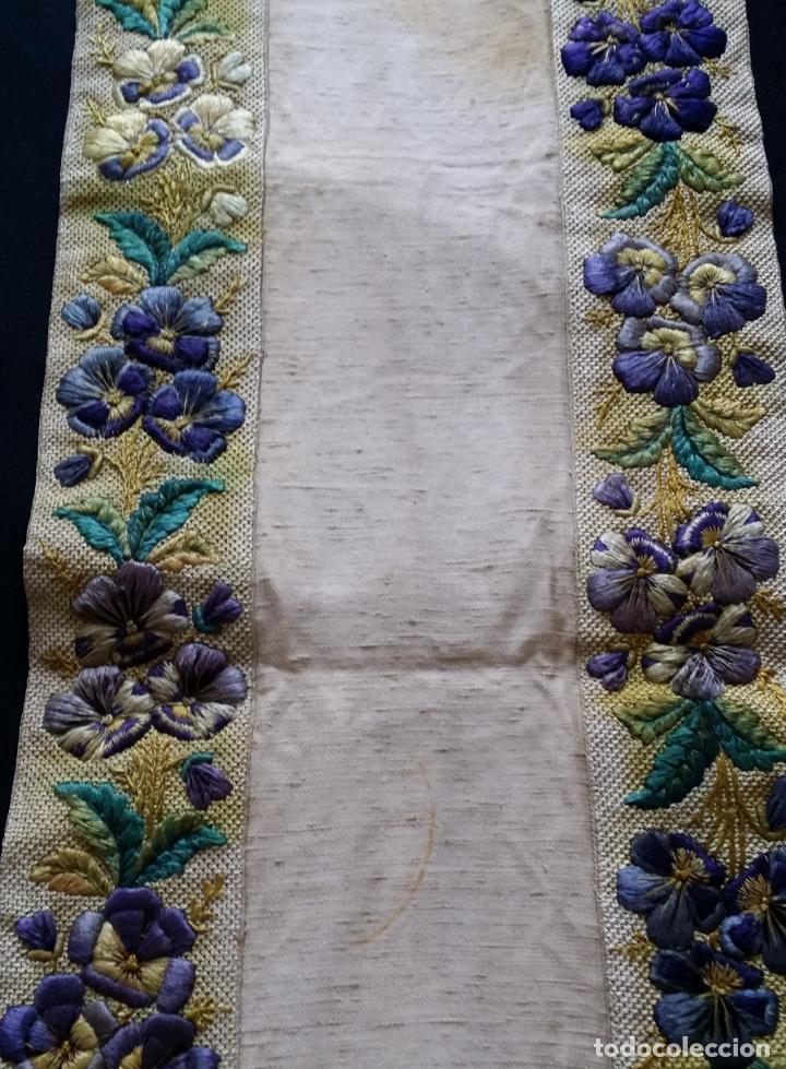 Antigüedades: Antiguo tapete bordado - de colección - Foto 8 - 140775000