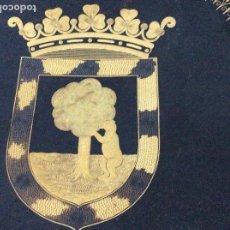 Antigüedades: PLATO DE DAMASQUINOS HECHO A MANO Y GRABADO CON ORO. ESCUDO DE MADRID. Lote 129182219