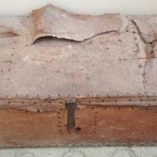 Antigüedades: BAUL O ARCON DE MADERA FORRADO DE PIEL SIGLO XVII XVIII. Lote 129193663