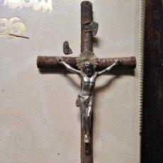 Antigüedades: MUY ANTIUGO CRISTO CON BENDITERA , METAL Y CRUZ DE MADERA . PRECIOSA CORONA TORTA METAL VER FOTOS. Lote 129212055