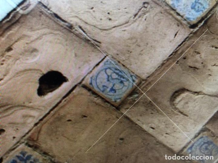 Antigüedades: azulejo olambrilla morisca s XVI granada alhambra azul blanco ave pajaro desgastes 7,5x7,5x2cms - Foto 20 - 129225199