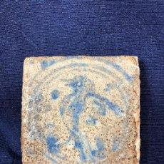 Antigüedades: AZULEJO OLAMBRILLA MORISCA S XVI GRANADA ALHAMBRA AZUL BLANCO AVE PAJARO DESGASTES 7,5X7,5X2CMS. Lote 129225199