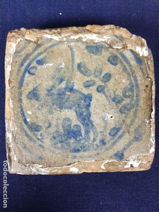AZULEJO OLAMBRILLA MORISCA S XVI GRANADA ALHAMBRA AZUL BLANCO ANIMAL VENADO DESGASTES 7,5X7,5X2CMS (Antigüedades - Porcelanas y Cerámicas - Otras)