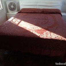 Antigüedades: PRECIOSA GRAN COLCHA BROCADA DE SEDA EN COLOR OCRE - CHOCOLATE. Lote 151362001