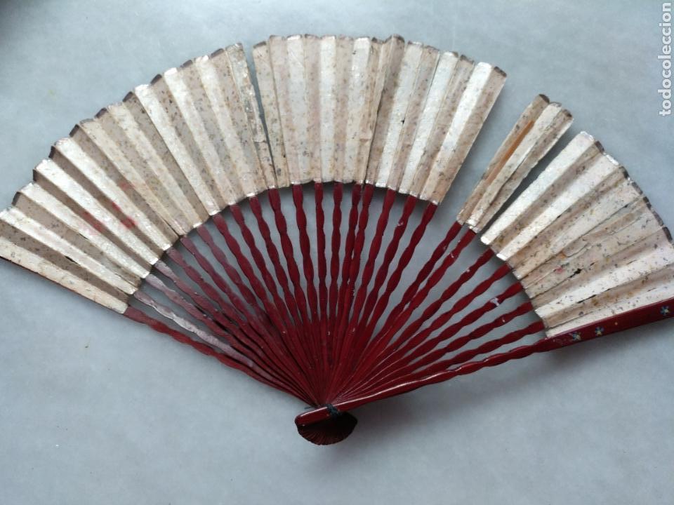 Antigüedades: ABANICO CHINO O JAPONES DE NIÑA. PAÍS PAPEL PINTADO A MANO SOBRE FONDO DE PLATA - Foto 7 - 129299882