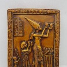 Antigüedades: ORIGINAL TABLILLA CON MOTIVO DE ESCENA DEL ANTIGUO EGIPTO Y JEROGLÍFICOS EN RELIEVE .. Lote 129313283