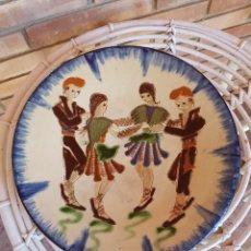 Antigüedades: PLATO CERAMICA POPULAR VIDRIADA LA BISBAL FIRMA PUIGDEMONT COLORES VIVOS. ALFARERÍA CATALANA. Lote 129350251