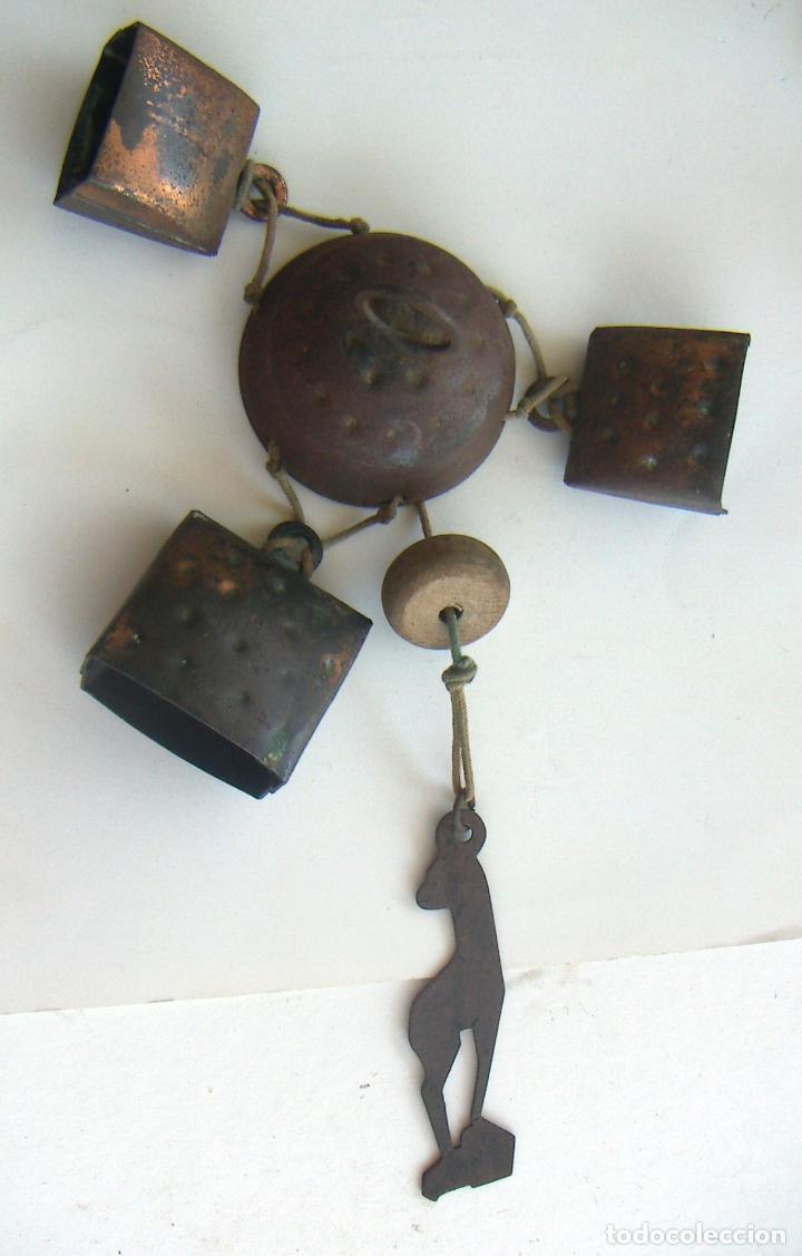 VIEJO LLAMADOR DE VIENTO CON CENCERROS (Antigüedades - Técnicas - Rústicas - Utensilios del Hogar)