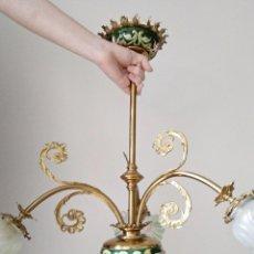 Antigüedades: LAMPARA DE BRONCE Y PORCELANA DE MAJOLICA, TRES TULIPAS RIZADAS. 1900. FUNCIONANDO. Lote 129395687