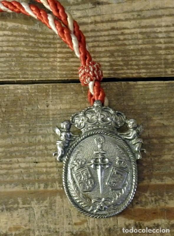 MEDALLA HERMANDAD DE SANTIAGO APOSTOL DE CASTILLEJA DE LA CUESTA, SEVILLA (Antigüedades - Religiosas - Medallas Antiguas)