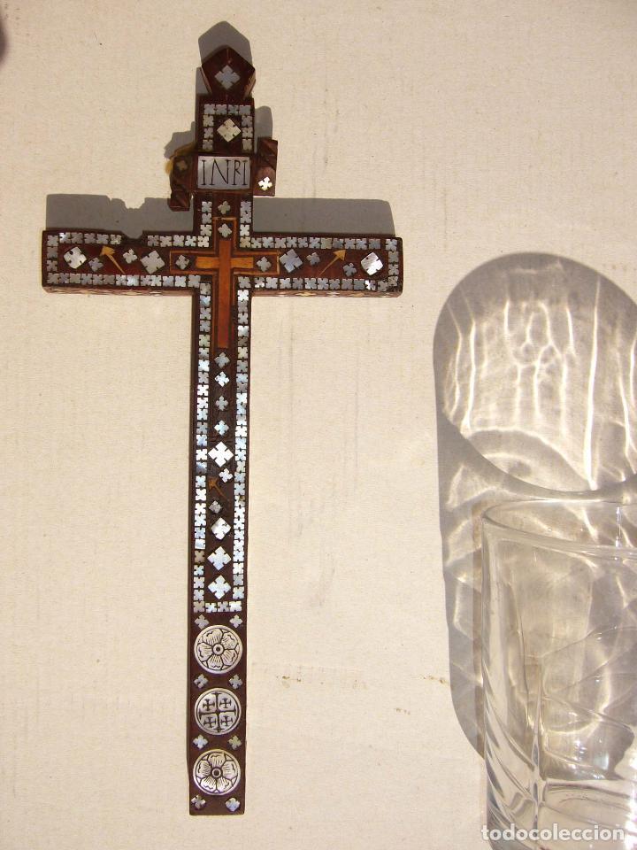 CRUZ DE MADERA CON INCRUSTACIONES NÁCAR. (Antigüedades - Religiosas - Cruces Antiguas)