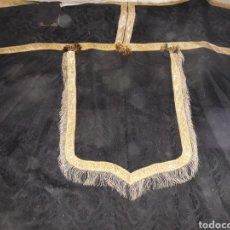 Antigüedades: CAPA PLUVIAL NEGRA CON PASAMANERIA DEL SIGLO XIX EN BUEN ESTADO. Lote 129522766