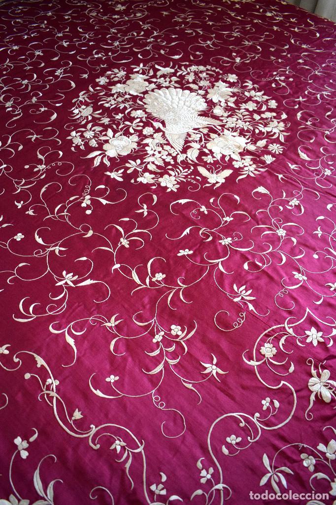 Antigüedades: Impresionante Colcha isabelina tipo mantón Manila seda color buganvilla bordado manual 200x250 cm - Foto 2 - 129551939