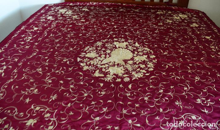 Antigüedades: Impresionante Colcha isabelina tipo mantón Manila seda color buganvilla bordado manual 200x250 cm - Foto 3 - 129551939