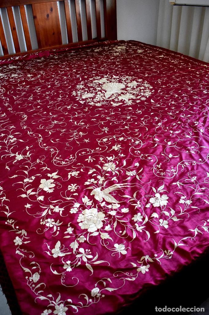 Antigüedades: Impresionante Colcha isabelina tipo mantón Manila seda color buganvilla bordado manual 200x250 cm - Foto 5 - 129551939