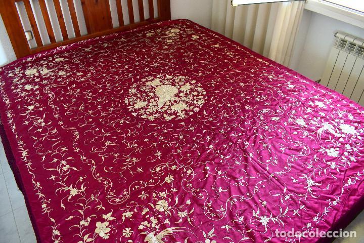 Antigüedades: Impresionante Colcha isabelina tipo mantón Manila seda color buganvilla bordado manual 200x250 cm - Foto 7 - 129551939