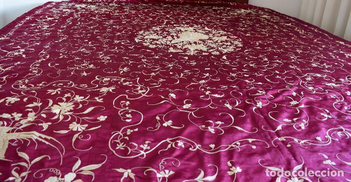Antigüedades: Impresionante Colcha isabelina tipo mantón Manila seda color buganvilla bordado manual 200x250 cm - Foto 9 - 129551939
