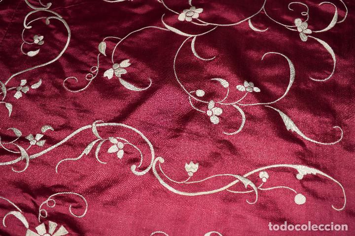 Antigüedades: Impresionante Colcha isabelina tipo mantón Manila seda color buganvilla bordado manual 200x250 cm - Foto 12 - 129551939