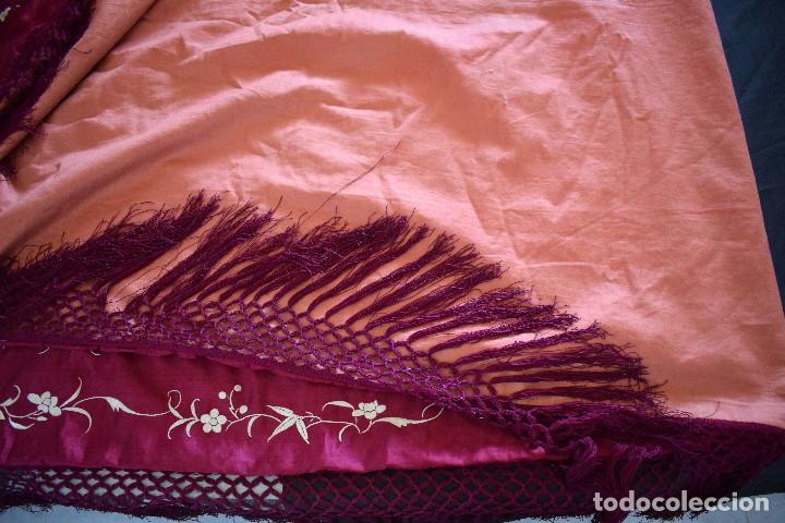 Antigüedades: Impresionante Colcha isabelina tipo mantón Manila seda color buganvilla bordado manual 200x250 cm - Foto 27 - 129551939