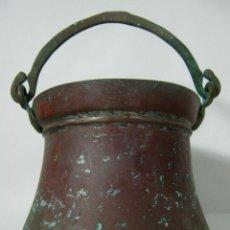 Antigüedades: S.XIX ANTIGUO CALDERO O PEROL DE COBRE CON ASA DE BRONCE. Lote 129579207