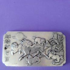 Antigüedades: ANTIGUO LINGOTE PLATA TIBETANA CON ANIMALES MITOLOGICOS. Lote 129642190