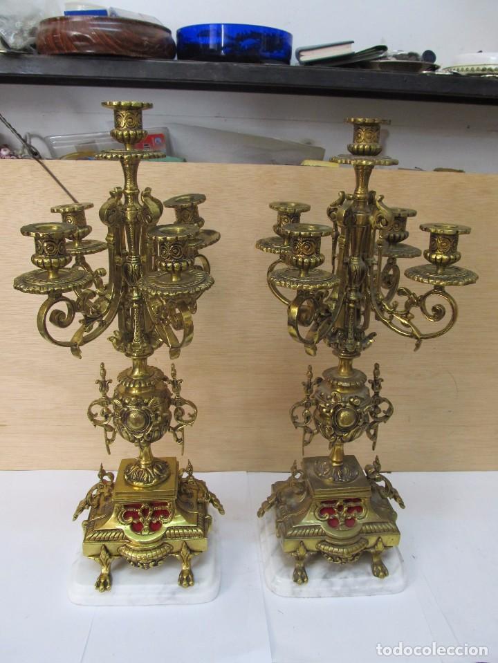 PAREJA DE PORTAVELAS DE BRONCE CON BASE DE MÁRMOL BLANCO (Antigüedades - Iluminación - Candelabros Antiguos)