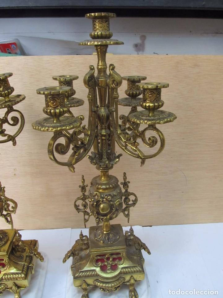 Antigüedades: PAREJA DE PORTAVELAS DE BRONCE CON BASE DE MÁRMOL BLANCO - Foto 2 - 129644767