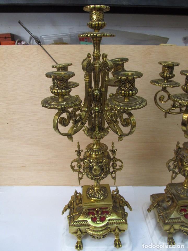 Antigüedades: PAREJA DE PORTAVELAS DE BRONCE CON BASE DE MÁRMOL BLANCO - Foto 3 - 129644767