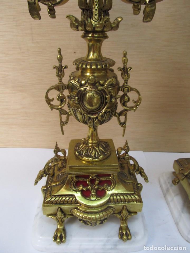 Antigüedades: PAREJA DE PORTAVELAS DE BRONCE CON BASE DE MÁRMOL BLANCO - Foto 4 - 129644767