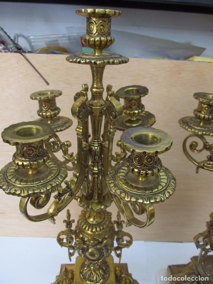 Antigüedades: PAREJA DE PORTAVELAS DE BRONCE CON BASE DE MÁRMOL BLANCO - Foto 5 - 129644767