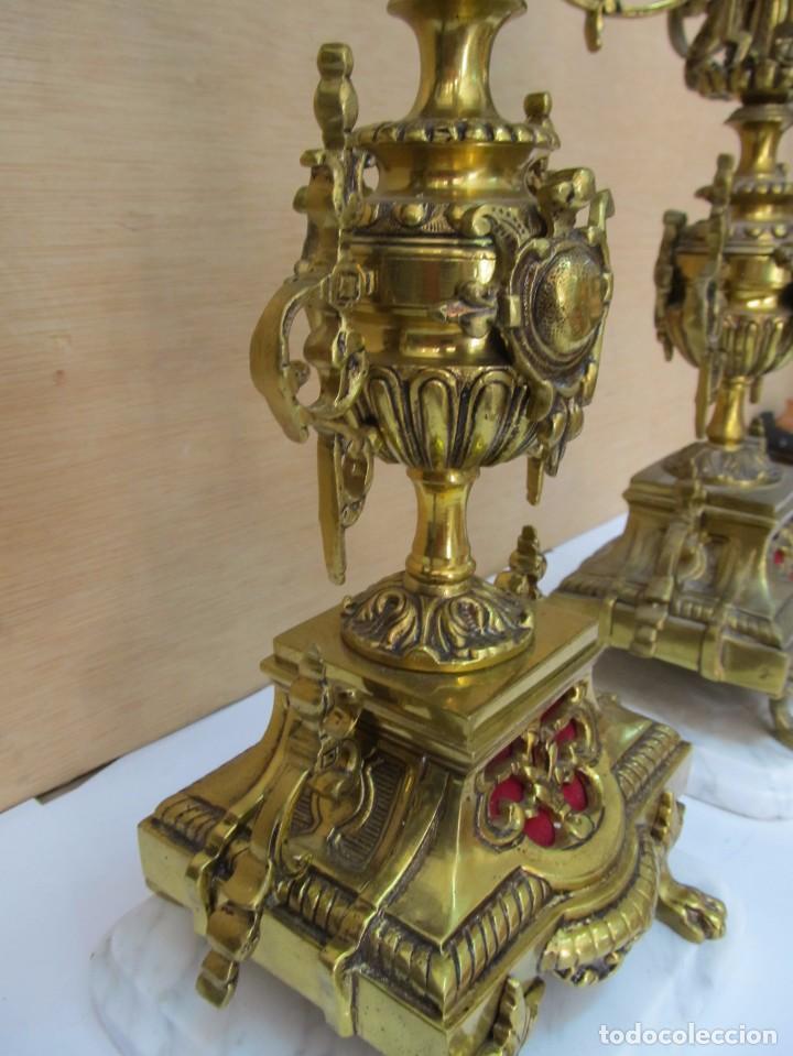 Antigüedades: PAREJA DE PORTAVELAS DE BRONCE CON BASE DE MÁRMOL BLANCO - Foto 6 - 129644767