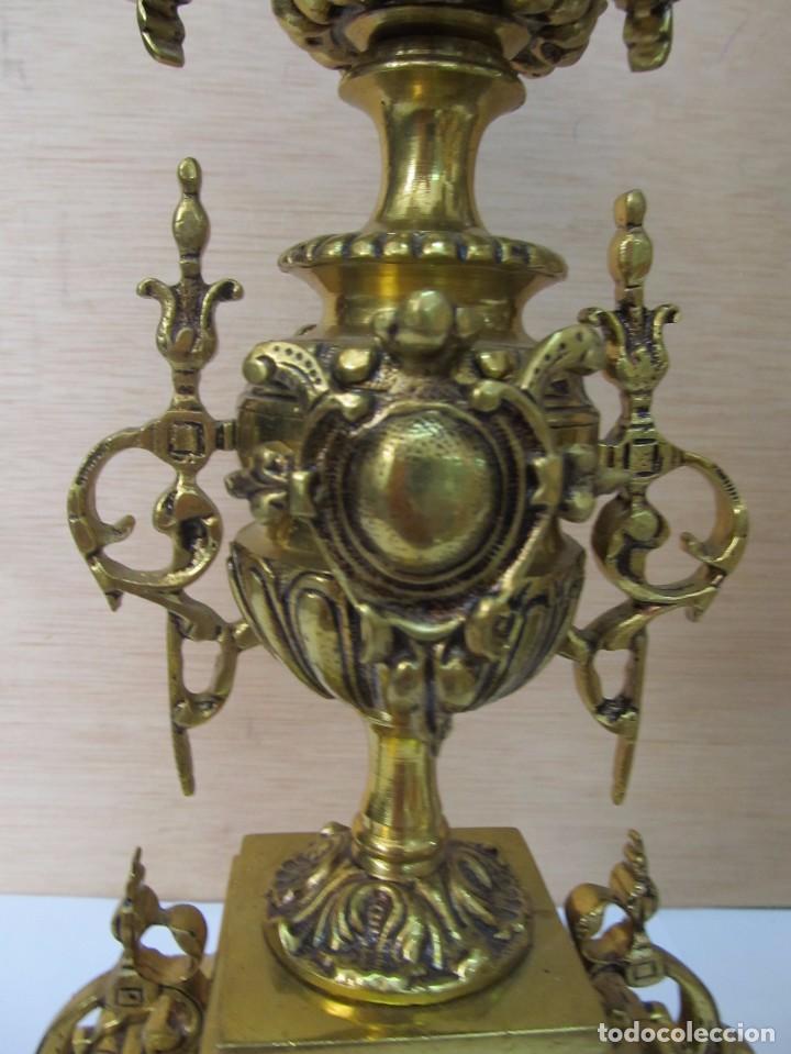 Antigüedades: PAREJA DE PORTAVELAS DE BRONCE CON BASE DE MÁRMOL BLANCO - Foto 7 - 129644767