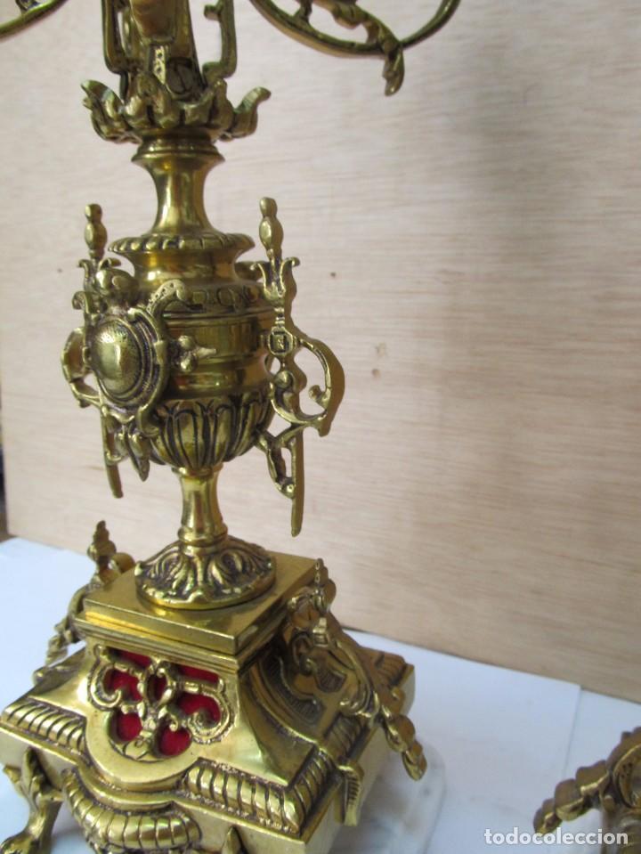 Antigüedades: PAREJA DE PORTAVELAS DE BRONCE CON BASE DE MÁRMOL BLANCO - Foto 8 - 129644767