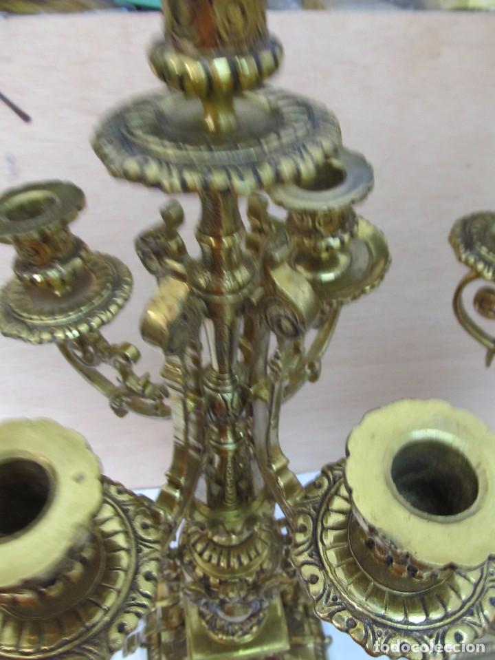 Antigüedades: PAREJA DE PORTAVELAS DE BRONCE CON BASE DE MÁRMOL BLANCO - Foto 9 - 129644767